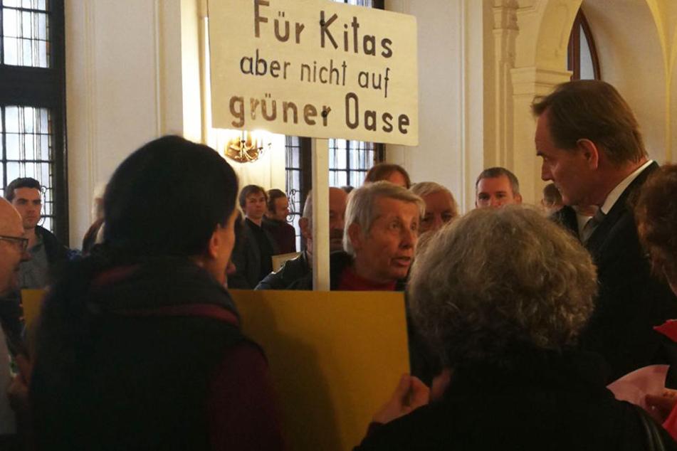 Ein Leipziger versucht OB Burkhard Jung (re.) seinen Standpunkt zum Thema Kita-Neubau in Dölitz-Dösen zu vermitteln.