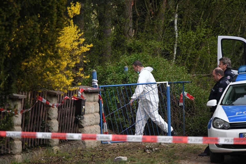 Ein Mitarbeiter der Kriminalpolizei betritt am 10.04.2017 in Borkheide (Brandenburg) das Grundstück.