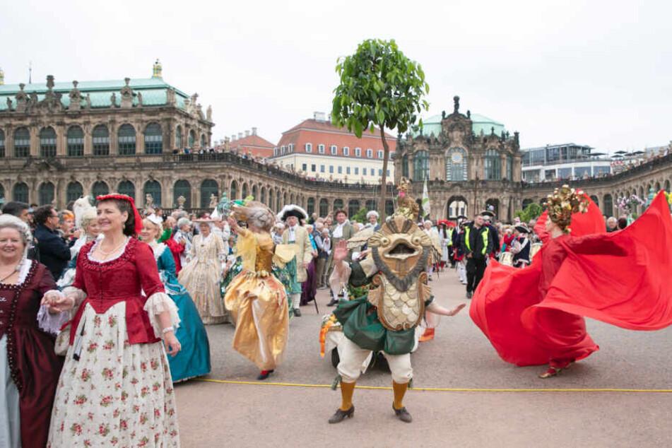Das Schlösserland Sachsen feiert jährlich den Wiedereinzug der Orangenbäumchen in den Zwinger mit einem Umzug.