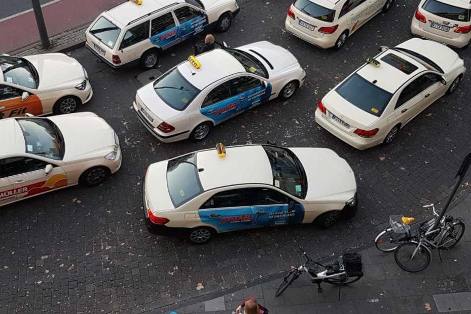 Die Taxi-Fahrer, wie hier am Kölner Neumarkt, verlangen bald mehr Geld für ihre Fahrten.