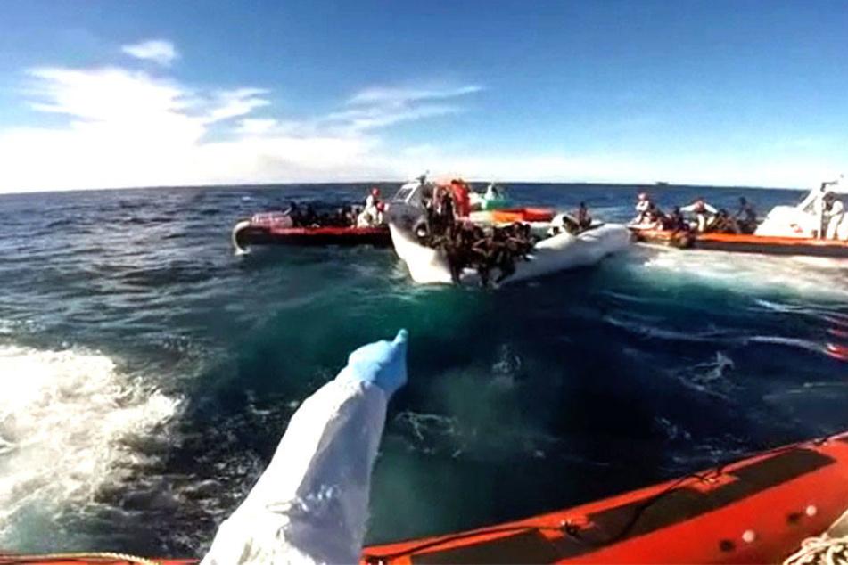 Gut 800 MIgranten wurden von der Küstenwache aus dem Meer geborgen (Archivbild).