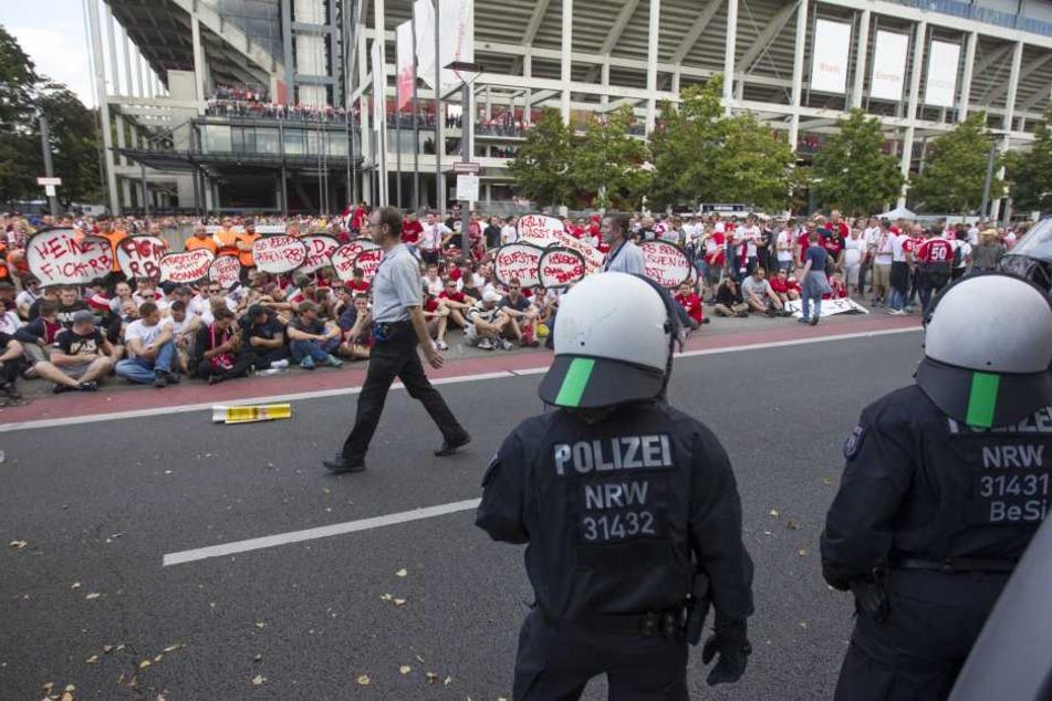 Bereits vor dem Anpfiff errichteten Kölner Fans eine Sitzblockade, um die Anreise der Leipziger zu verzögern.