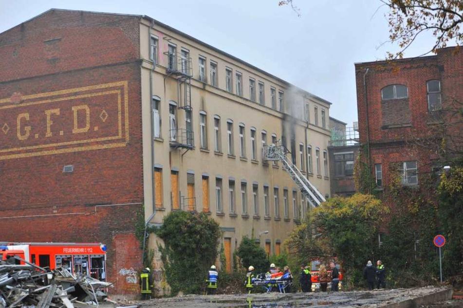 Die Feuerwehr rückte bei dem Brand von zwei Seiten an.
