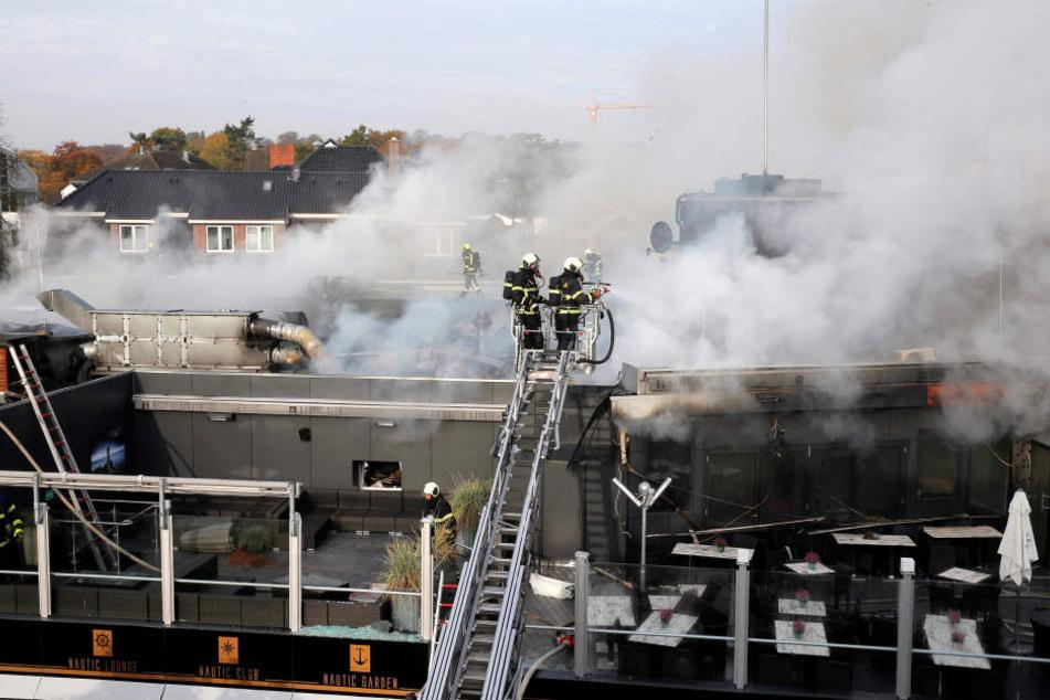 150 Feuerwehrleute waren im Einsatz, kämpften gegen ein riesiges Flammenmeer. Dann kamen Gaffer und beklauten die Einsatzkräfte.