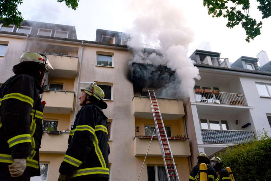 Tote Person nach heftigem Brand in Wohnhaus aufgefunden