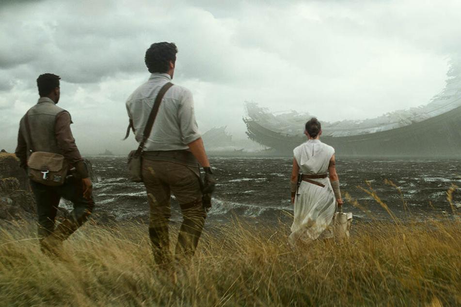 Rey (Daisy Ridley), Finn (John Boyega) und Poe Dameron (Oscar Isaac) reisen gemeinsam in düstere Welten.