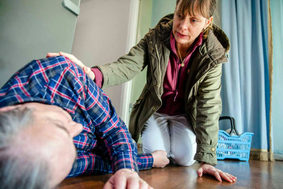 Hat Anne (Katharina Marie Schubert, 42) ihren Patienten Christian (Christoph Bantzer, 83) die Treppe herunter gestoßen?