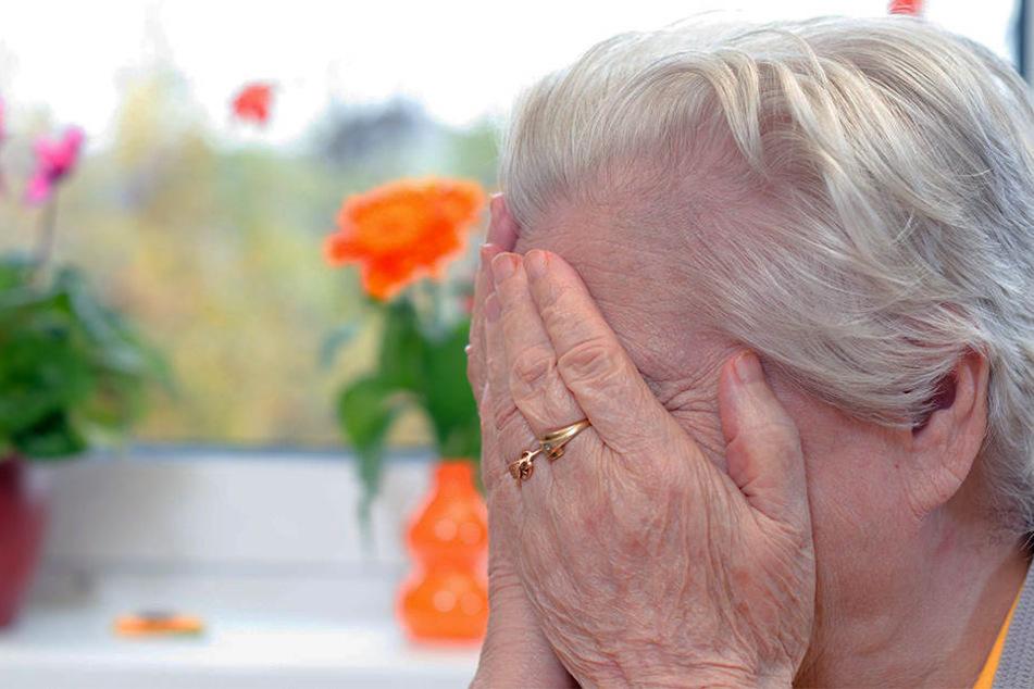 Eine alte Frau soll das Opfer ihrer Pflegerin geworden sein. (Symbolbild)