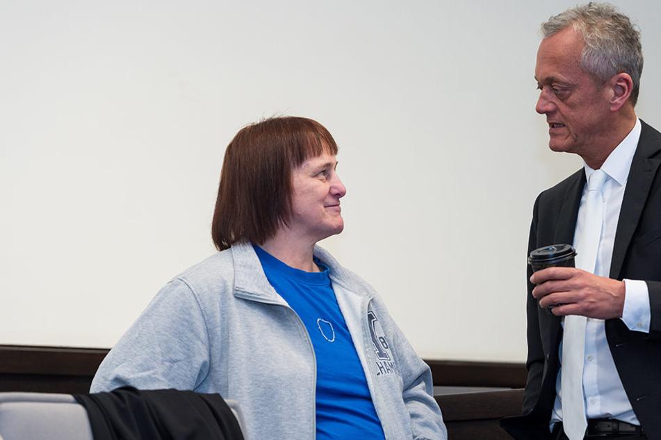 Angelika W. (links) übergab ihrem Anwalt, Peter Wüller (rechts), eine Liste mit Frauennamen.