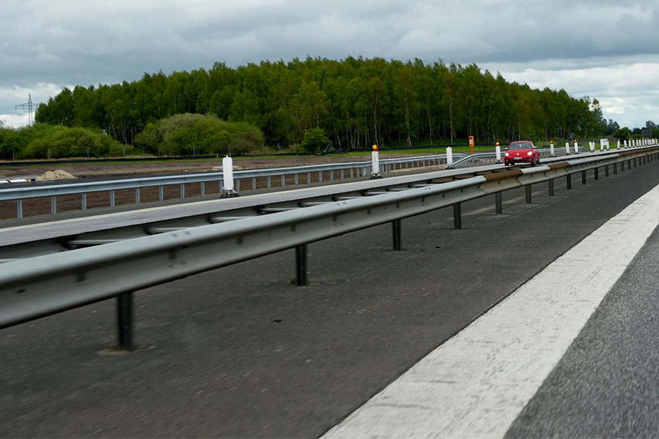 Bei einem Überholmanöver auf der Autobahn 7 in Fahrtrichtung Ulm verlor ein Krankenwagen die Kontrolle und krachte frontal in eine Leitplanke. (Symbolbild)