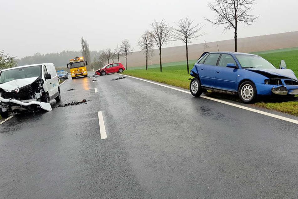 Zwischen Oschatz und dem Naundorfer Ortsteil Salbitz krachten am Montagmorgen drei Autos und ein Radfahrer zusammen.