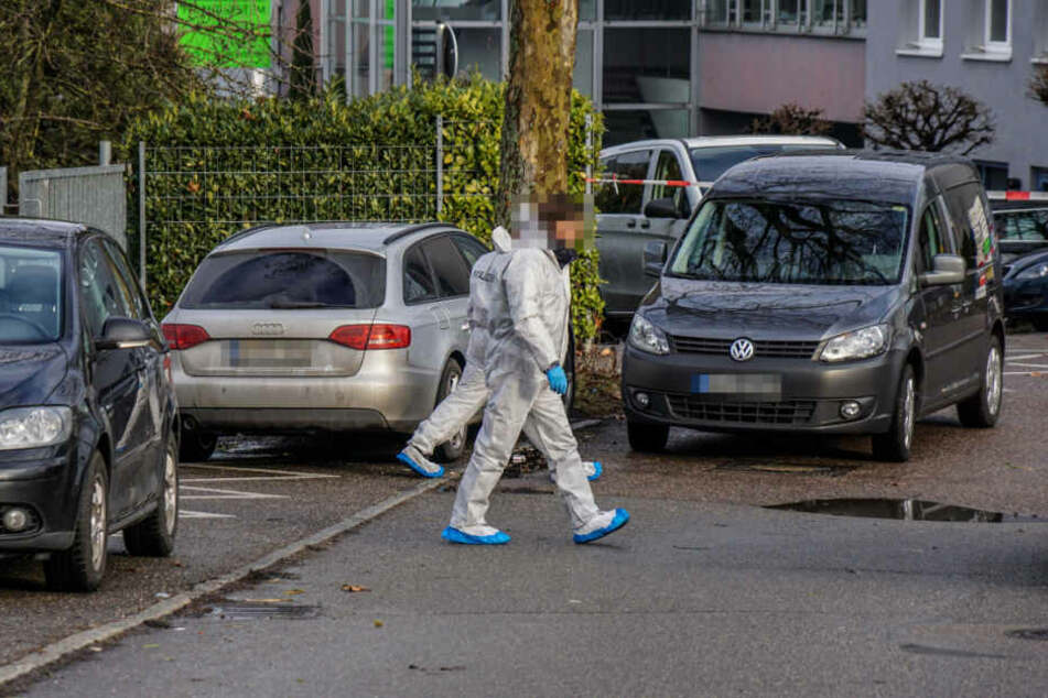 Mitarbeiter der Spurensicherung vor Ort in Waiblingen.