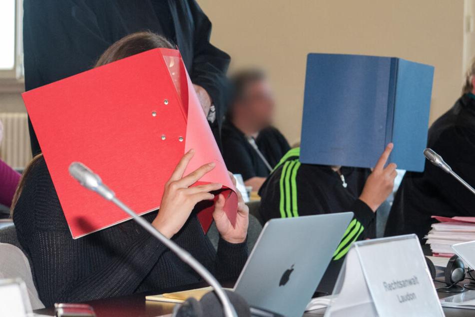 Zwei Angeklagte und ihre gesetzlichen Vertreter sitzen 2016 in Hamburg im Landgericht.