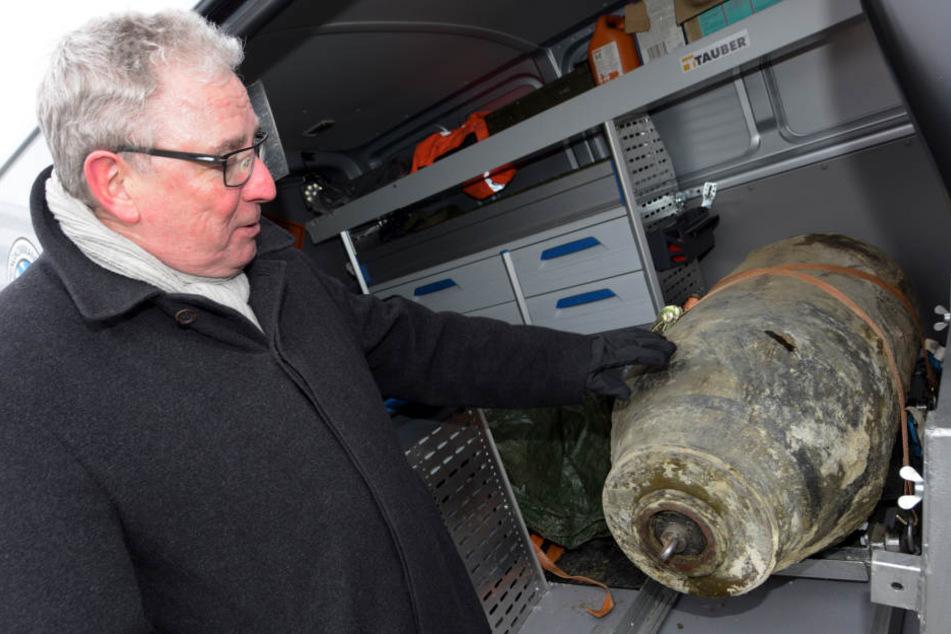 Oberbürgermeister Gerold Noerenberg (CSU) steht neben einer 500 Kilo schweren Fliegerbombe aus dem Zweiten Weltkrieg. Es war die erste Bombe, weswegen die Stadt evakuiert werden musste. (Archivbild)