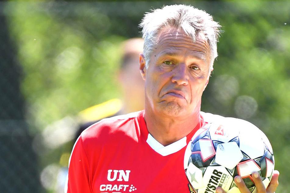 Dreier-, Vierer- oder Fünferkette? Uwe Neuhaus tüftelt an einer neuen Taktik seiner Hintermannschaft.