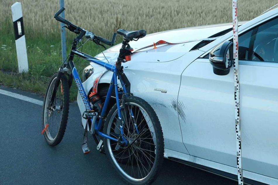 Der Mercedes kollidierte mit dem Radfahrer.