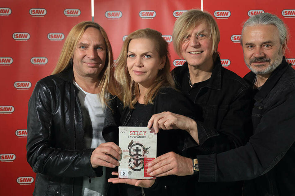 """Anna Loos (2.v.li.) ist nicht mehr bei Silly. Gitarrist Uwe Hassbecker (li.) Keyborder Rüdiger """"Ritchie"""" Barton und Bassist Hans-Jürgen """"Jäcki"""" Reznicek machen jetzt mit AnNa R. weiter."""