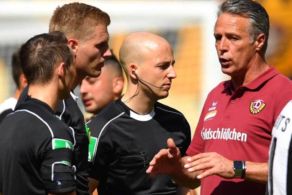 Dynamo-Trainer Uwe Neuhaus (r.) hatte nach dem Spiel Redebedarf mit Schiedsrichter Timo Gerach (2.v.l.).