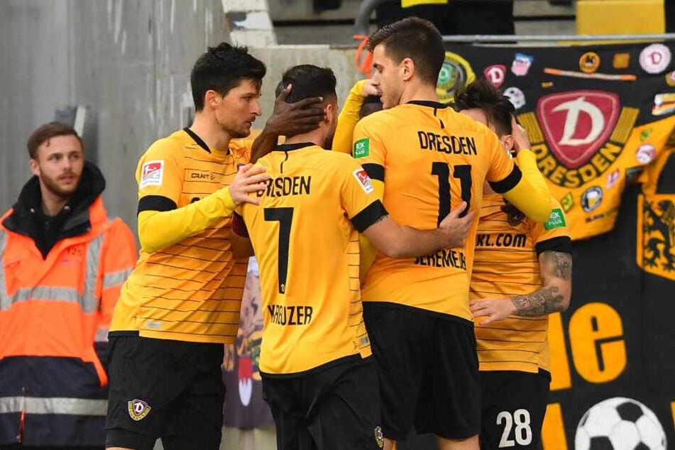 Die Dynamo-Spieler bejubeln das 1:0 durch Alexander Jeremejeff.