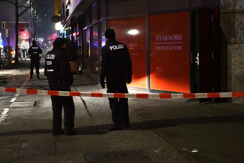 """Polizisten stehen vor dem Saunaclub """"Steamworks"""" auf der Kurfürstenstraße."""