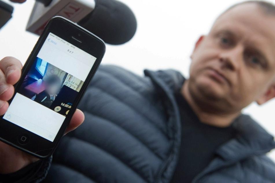 Spediteur Ariel Zurawski zeigt ein Foto von seinem erschossenen Cousin.