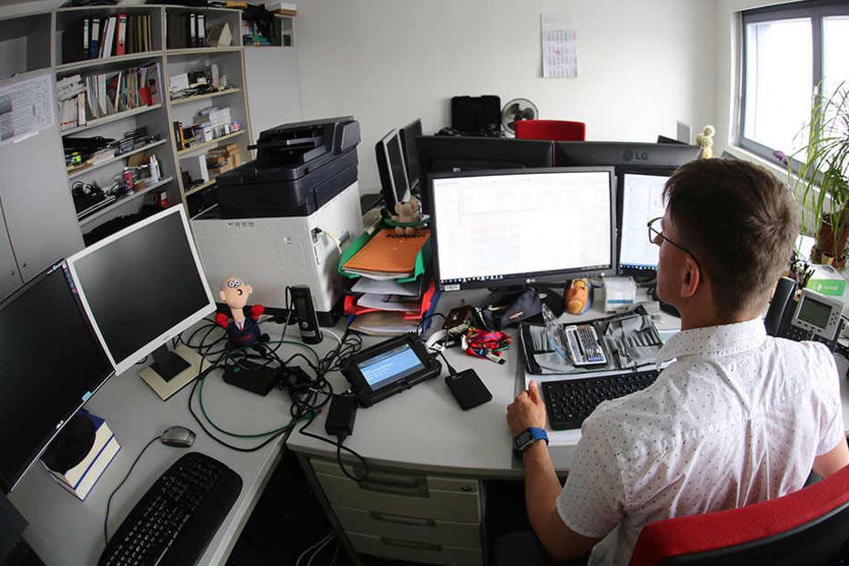 Ein IT-Steuerfahnder bei der Arbeit im Finanzamt Dresden-Nord. Er wertet etwa Festplatten aus, bereitet die Daten auf.