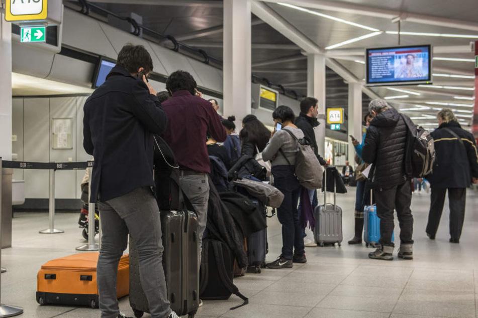 Dieses Bild könnte sich an den Flughäfen Berlin-Schönefeld und Berlin-Tegel ab nächster Woche öfter bieten: Reisende warten vergeblich am Check-In.