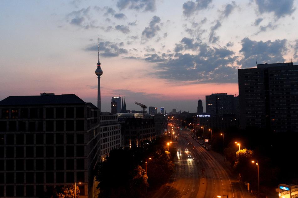 Die Sonne geht hinter dem Berliner Fernsehturm auf.