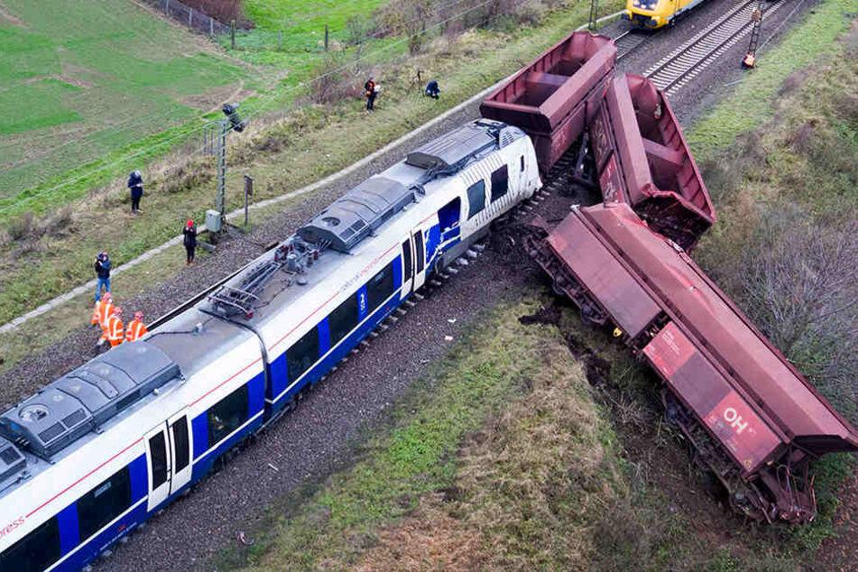 Zugunglück: Insassen durch herabgerissene Oberleitung in Lebensgefahr