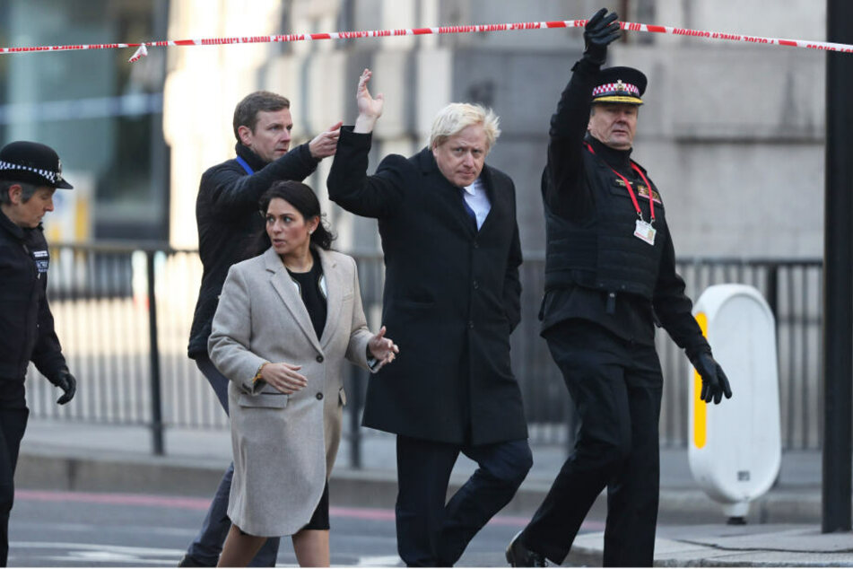 Cressida Dick (l-r), Kommissarin der Metropolitan Police, Priti Patel, Innenministerin von Großbritannien, Boris Johnson, Premierminister von Großbritannien, und Ian Disson, Kommissar der City of London Police, betreten den abgesperrten Bereich nahe der L