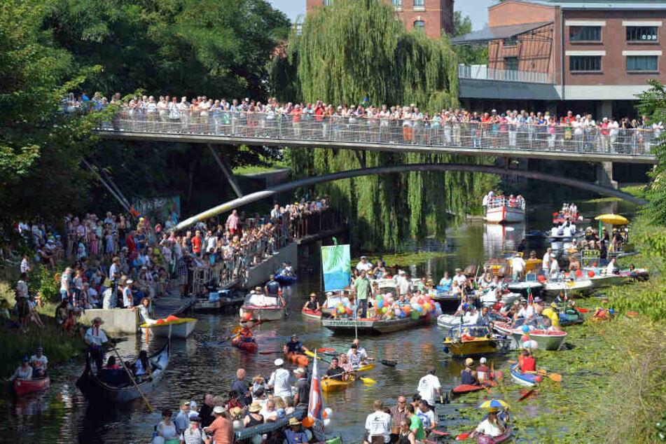 Vor dem Leipziger Wasserfest wird der Karl-Heine-Kanal auf einer Länge von 1,4 Kilometern von Algen und Pflanzen befreit. (Archivbild)