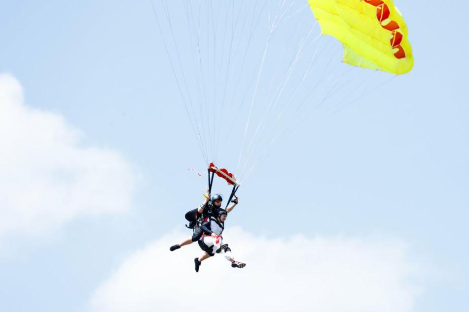 Beim Sprung aus dem Helikopter zeigen die Anwärter, ob sie sich überwinden können. Wer Erlebnisse wie diese verkaufen will, muss sie selbst erlebt haben.