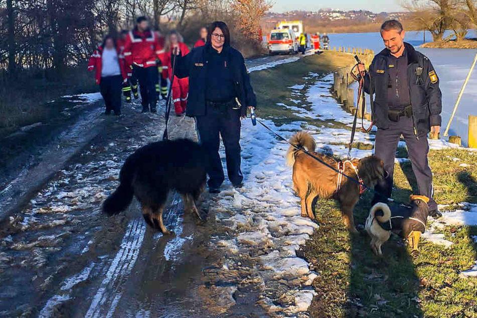 Gefährliche Aktion: Frau will ihren Hund vom Eis retten, doch bricht selbst ein