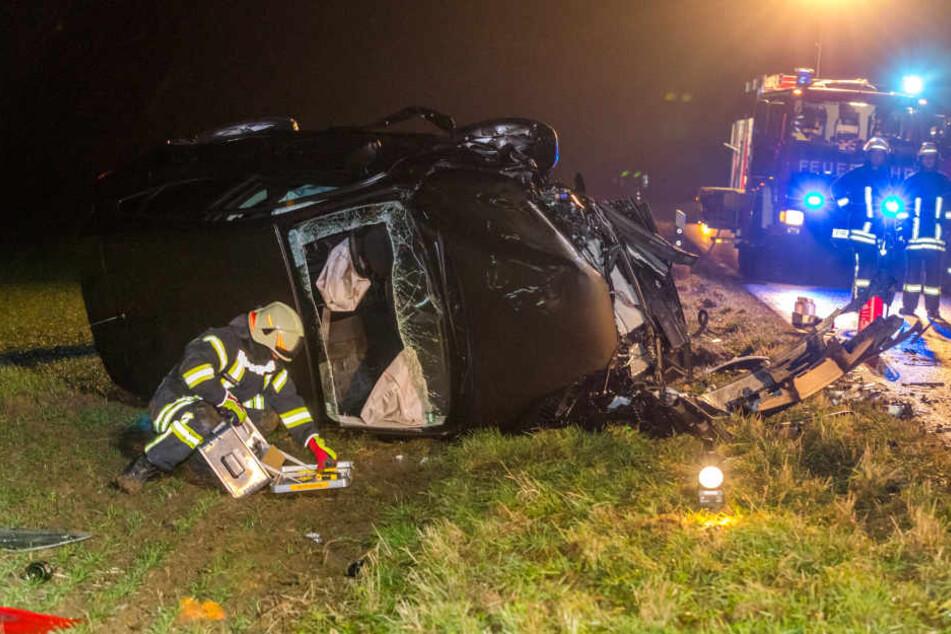 Der Fahrer des Nissan wurde durch die Frontscheibe aus seinem Wagen gerettet.