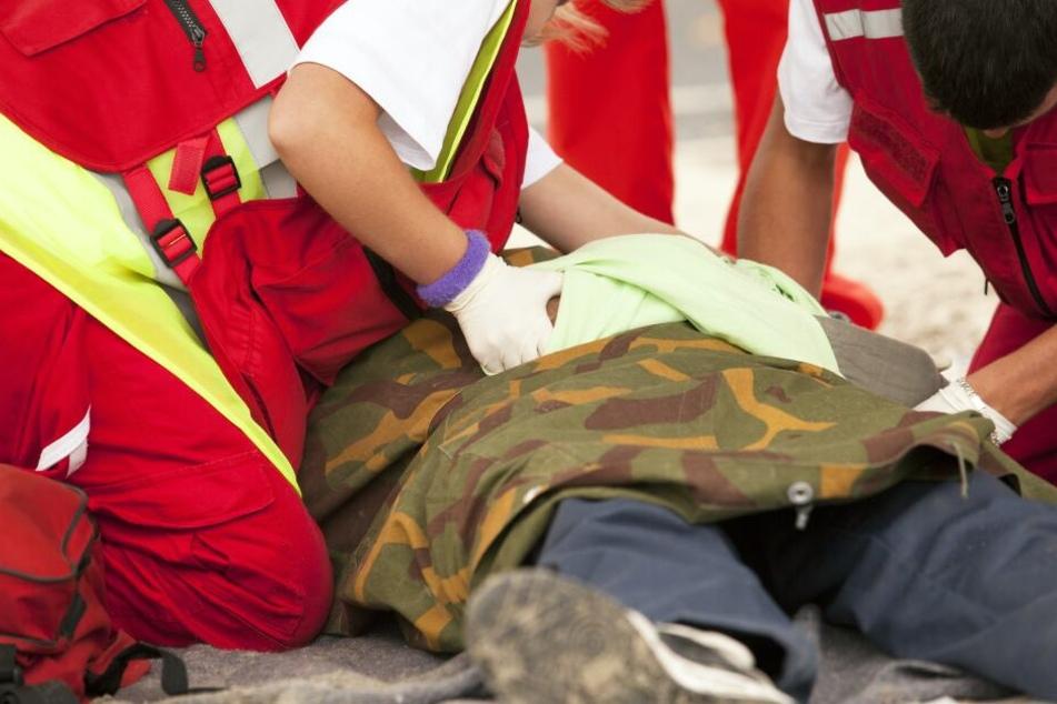 Die Reanimierungs-Versuche der Rettungskräfte blieben ohne Erfolg. Der Mann verstarb noch am Unfallort. (Symbolbild)