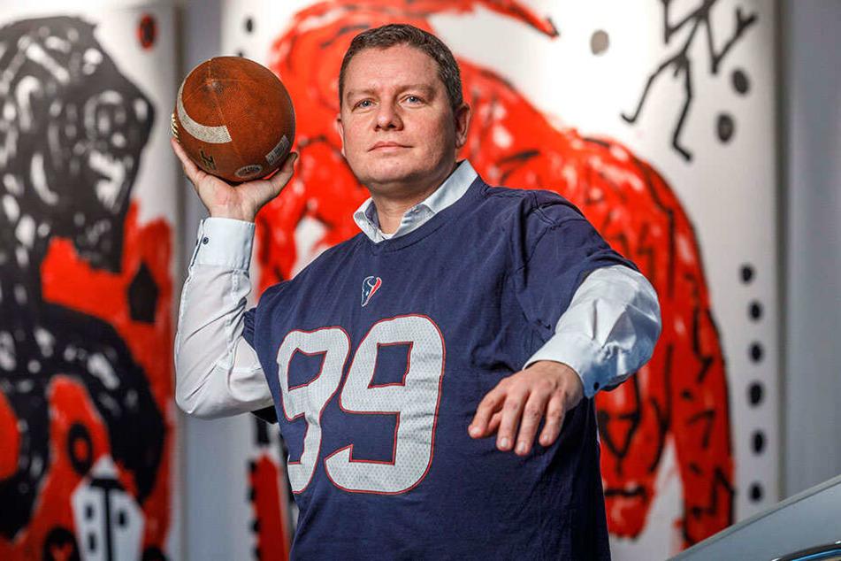 """Ronald Schuster (40), Verkaufsleiter im Penck Hotel, freut sich auf Football gucken """"im kleinen Kreis"""". Auch wenn sein Lieblings-Team, die Houston Texans, den Einzug ins Finale verpassten."""
