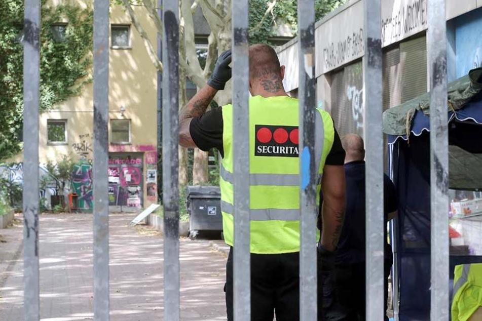Ein Wachmann steht vor der besetzten Gerhart-Hauptmann-Schule in Friedrichshain-Kreuzberg.
