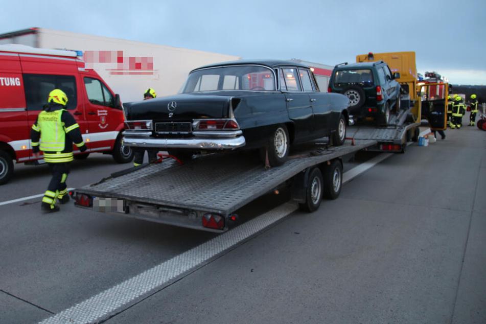Der Berliner Kleintransporter hatte neben einem Suzuki-Geländewagen auch einen Oldtimer der Marke Mercedes geladen.