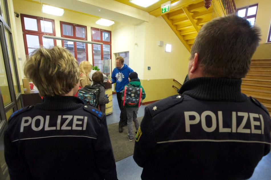 30 Polizeibeamte evakuierten in der Alarmsituation 750 Schüler. (Symbolbild)