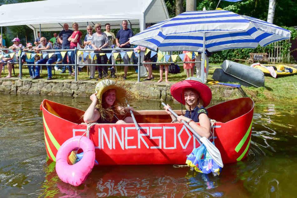 Lena Winkler und Romy Claußnitzer testeten einer der neuen Boote auf dem Wehrteich in Cunnersdorf.