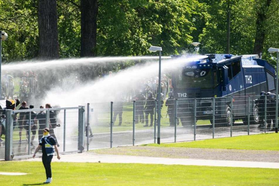 Auch Wasserwerfer kamen im Vorfeld zum Einsatz.