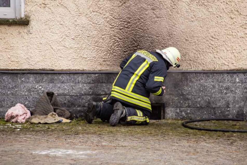 Offenbar waren Müll und Briketts im Keller in Flammen aufgegangen.