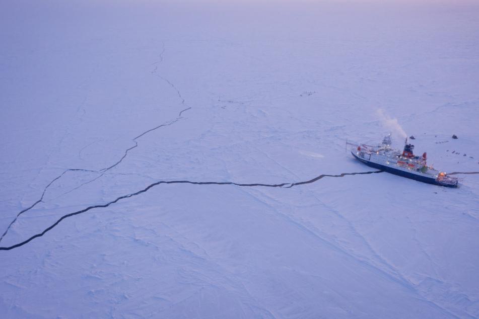 Das Forschungsschiff Polarstern liegt eingefroren im Eis der Zentralarktis.
