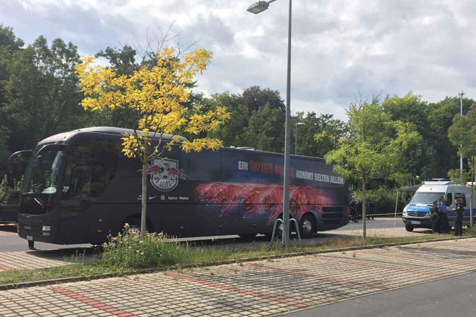 Der RB-Bus wurde auf P2 abgestellt, die Spieler mussten zu Fuß, damit quasi durch den Hintereingang ins Stadion und anschließend über den Rasen zur Kabine laufen.