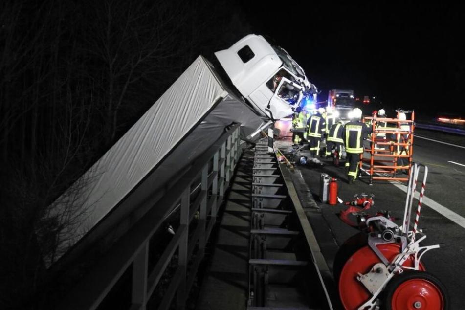 Um kurz nach halb 10 begannen die Rettungskräfte damit, das Fahrzeug zu bergen.