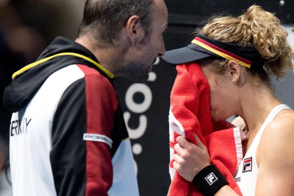 Deutschlands Laura Siegemund spricht in einer Pause im Einzel gegen Weißrusslands Sabalenka mit Teamchef Jens Gerlach.