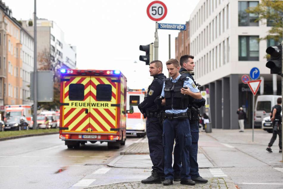 Polizisten sicherten den Rosenheimer Platz ab.