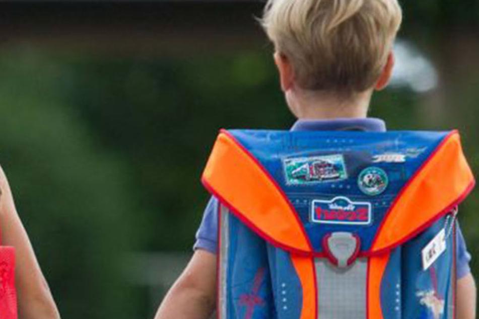 Der Junge war auf dem Weg von der Schule nach Hause gewesen, als der Unbekannte ihn plötzlich überfiel! (Symbolbild)