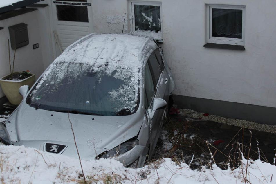 Der Wagen verkeilte sich zwischen Böschung und Hauswand.