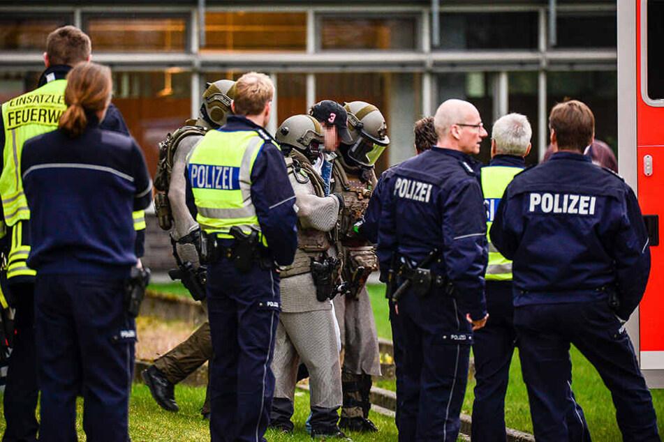 Der 27-Jährige versteckte sein Gesicht unter einer Kappe, als er abgeführt wurde.